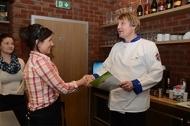 JIP Gastrostudio Praha certifikát o absoluovaní kurzu předává mistr kuchař Navrátil