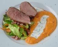 Grilované kachní prsíčko s dýňovým pyré, salátkem z kapusty a smetanovou omáčkou s čerstvou majoránk